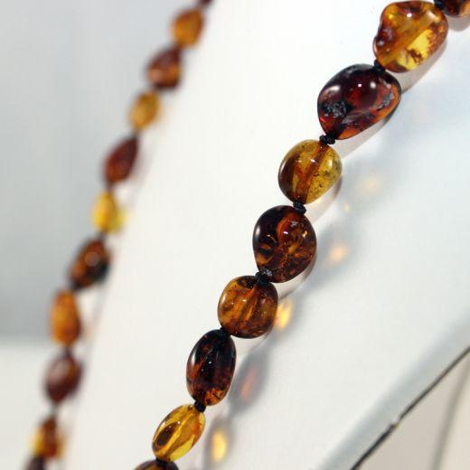 Collier en ambre long, vue détaillée