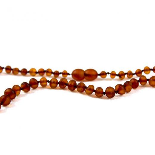 Collier bébé en ambre perles miel foncé mates